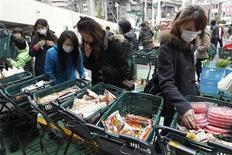<p>Жители Японии покупают еду в супермаркете в Сендай, 14 марта 2011 года. Всемирная организация здравоохранения заявила в понедельник, что обнаружение радиации в продуктах питания после аварии на японской атомной станции является более серьезной проблемой, чем считалось ранее. REUTERS/Jo Yong-Hak</p>