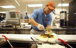 <p>Повар готовит буррито в Нью-Йорке 15 апреля 2009 года. Любитель буррито настолько был огорчен их подорожанием в сети ресторанов Taco Bell в Сан-Антонио, что даже устроил перестрелку на месте покупки, а затем забаррикадировался от полиции в отеле, сообщает сайт My San Antonio (http://www.mysanantonio.com). REUTERS/Eric Thayer</p>