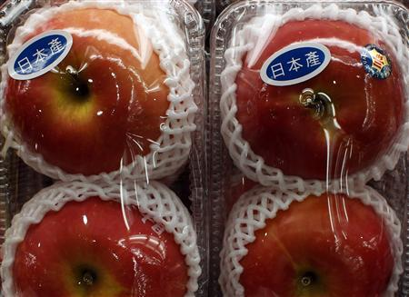 Apples with ''Produced in Japan'' stickers are seen at a Japanese supermarket in Hong Kong March 21, 2011. REUTERS/Bobby Yip