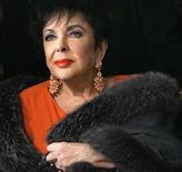 <p>Imagen de archivo de Elizabeth Taylor llegando a un teatro en Los Angeles. dic 1 2007. La leyenda de Hollywood Elizabeth Taylor, una de de las actrices más cautivadoras del siglo XX, murió, informó la cadena de televisión ABC News. REUTERS/Mario Anzuoni/Archivo</p>