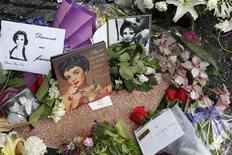 <p>Flores, fotos e cartas de fãs adornam a estrela de Elizabeth Taylor na calçada da fama, em Hollywood. 23/03/2011 REUTERS/Fred Prouser</p>