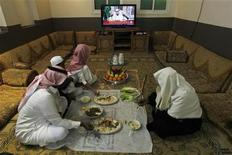 <p>A Saudi family takes their lunch as they watch King Abdullah address the nation in Riyadh, March 18, 2011. REUTERS/Fahad Shadeed</p>