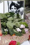 """<p>Flores y fotografías adornan la estrella de Elizabeth Taylor en el Paseo de la Fama en Hollywood. mar 23 2011. Elizabeth Taylor recibió el jueves una brillante despedida de la prensa mundial, que la calificó como """"la última diosa de Hollywood"""". REUTERS/Fred Prouser</p>"""
