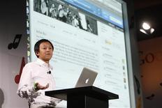 """<p>Foto de archivo del empresario Bill Nguyen durante el evento """"Discover Music!"""" en Capitol Studios en Hollywood, oct 28 2009. Nguyen, un empresario que vendió la última de sus compañías a Apple, va a lanzar una nueva red social basada en teléfonos móviles, con el objetivo de desafiar el dominio de Facebook en las comunicaciones sociales más allá de los computadores. REUTERS/Mario Anzuoni</p>"""
