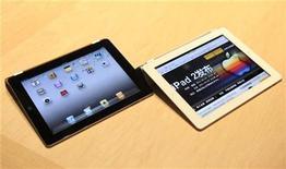 <p>El iPad 2 de Apple durante su lanzamiento en San Francisco, mar 2 2011. Cientos de personas hacían cola el viernes afuera de las tiendas de Apple en Australia y Nueva Zelanda en espera del lanzamiento internacional del iPad 2, que ha volado de las estanterías en Estados Unidos, dejando a la compañía con problemas para atender la demanda. REUTERS/Beck Diefenbach</p>