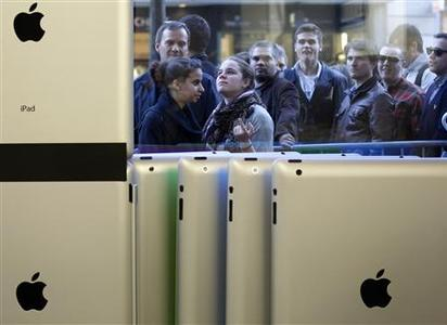 Customers queue in front of Zurich's Apple store after the official launch for direct purchase of Apple's iPad 2 in Switzerland, March 25, 2011. REUTERS/Christian Hartmann