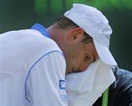<p>Defensor do título, Andy Roddick chocou ao ser prematuramente eliminado do Aberto de Miami no sábado, ao ser derrotado na segunda rodada pelo uruguaio Pablo Cuevas em parciais de 6-4 e 7-6. REUTERS/Hans Deryk</p>