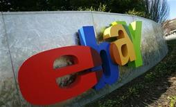 <p>Foto de archivo del logo de la firma ebay en su sede de San Jose, EEUU, feb 2 2010. EBay Inc planea comprar a la compañía de comercio electrónico GSI Commerce en 1.960 millones de dólares en efectivo, en un intento por atraer más compradores y vendedores a sus mercados en internet y obtener más negocios de grandes cadenas de tiendas minoristas. REUTERS/Robert Galbraith</p>
