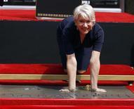 """<p>Хелен Миррен оставляет отпечатки рук на """"Аллее славы"""" в Голливуде 28 марта 2011 года. Английская актриса Хелен Миррен в понедельник оставила свой след в Голливуде, сообщает газета The Telegraph на своем сайте (http://www.telegraph.co.uk). REUTERS/Lucy Nicholson</p>"""