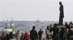 <p>Туристы в Праге 6 апреля 2010 года. Россияне оказались самыми грубыми туристами, следует из результатов опроса системы интернет-поиска авиабилетов Skyscanner (http://www.skyscanner.net). REUTERS/David W Cerny</p>