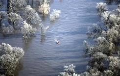 <p>Boaters navigate the Red River of the North south of downtown Fargo, North Dakota March 28, 2009. REUTERS/Allen Fredrickson</p>