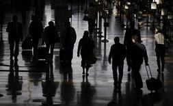 <p>Travellers walk to their flights at the Ronald Reagan Washington National Airport in Washington November 24, 2010. REUTERS/Jason Reed</p>