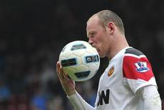 <p>Wayne Rooney, do Manchester, beija a bola após vitória de 4 x 2 contra o West Ham United, em partida do Campeonato Inglês, em Londres. 02/04/2011 REUTERS/Toby Melville</p>