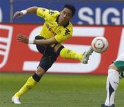 <p>Lucas Barrios, do Borussia Dortmund, chuta a bola durante partida contra o Hanover 96 no Campeonato Alemão. 2/04/2011 REUTERS/Wolfgang Rattay</p>