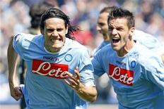 <p>Edinson Cavani (esquerda), do Napoli, comemora com Christian Maggio (direita), após marcar gol contra a Lazio no Campeonato Italiano, em Nápoles, Itália. 03/04/2011 REUTERS/Giampiero Sposito</p>