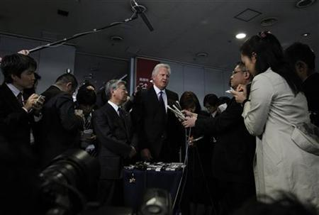 General Electric Chief Executive Officer and Chairman Jeffrey Immelt (C) and Hitachi President Hiroaki Nakanishi are surrounded by the media after their meeting with Japan's Trade Minister Banri Kaieda in Tokyo April 4, 2011. REUTERS/Yuriko Nakao