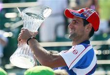 <p>Novak Djokovic, da Sérvia, comemorando sua vitória sobre o espanhol Rafael Nadal na final do torneio Sony Ericsson Open, em Key Biscayne, Flórida. 03/04/2011 REUTERS/Joe Skipper</p>
