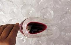 <p>A guest inspects the colour and body of wine at Chateau Malartic Lagraviere in Leognan, southwestern France, April 4, 2011. REUTERS/Regis Duvignau</p>