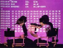 <p>Foto de archivo de un grupo de investigadores en el centro de estudios del fabricante de programas de seguridad Symantec, mar 4 1997. Los ciberataques dirigidos contra objetivos concretos van a ser una amenaza creciente para las empresas de todo el mundo este año, después de que el año pasado el gusano Stuxnet dañó el programa nuclear de Irán, dijo el martes el fabricante de programas de seguridad Symantec. ssm/Symantec Corp/Photo by John T. USA</p>