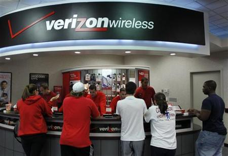 Customers purchase the iPhone 4 shortly after the phone went on sale with the Verizon Wireless network in Boca Raton, Florida February 10, 2011. REUTERS/Joe Skipper