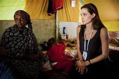 <p>Embaixadora da boa vontade do Alto Comissariado da ONU para os Refugiados (Acnur) Angelina Jolie em visita refugiados da Somália no campo de Shousha, em Ras Djir, a 8 kilometros da fronteira da Líbia com a Tunísia. A atriz fez um apelo nesta terça-feira à comunidade internacional pedindo por ajuda às pessoas que estão fugindo do conflito na Líbia e por maior assistência a quem permanece no país. 05/04/2011 REUTERS/Jason Tanner</p>