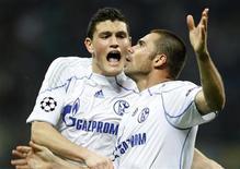 <p>Edu do Schalke (dir) comemora com Kyriakos Papadopoulos depois de marcar gol contra o Inter de Milão na partida de ida das quartas de final da Liga dos Campeões. 05/04/2011 REUTERS/Stefano Rellandini</p>