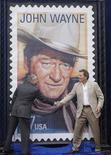 """<p>Сын Джона Уэйна Патрик (справа) на торжественной церемонии Лос-Анджелесе, 9 сентября 2004 года. Повязка на глаз, которую актер Джон Уэйн носил для съемок вестерна """"Настоящее мужество"""" 1969 года (по которому в 2010 году был снят ремейк """"Железная хватка""""), где он исполнил роль федерального маршала Рубена Когберна, а также """"Золотой глобус"""", полученный за этот фильм, уйдут с молотка, сообщил аукционный дом Heritage Auctions во вторник. REUTERS/Jim Ruymen</p>"""
