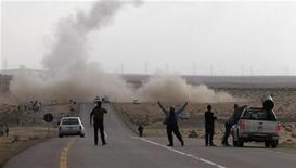 <p>Ливийские повстанцы наносят ракетные удары по противникам на дороге рядом с городом Брега, 6 апреля 2011 года. Ливийские власти сообщили в четверг о повреждении нефтепровода в результате налета британской авиации. Несколькими часами ранее повстанцы пожаловались, что атаки сил Каддафи привели к остановке производства нефти, которую они надеялись продать для финансирования войны с враждебным режимом. REUTERS Youssef Boudlal</p>
