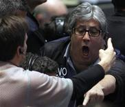 <p>Traders in the Eurodollar options pit at the Chicago Board of Trade signal orders shortly after the Federal Reserve's decision to leave short-term interest rates untouched between zero and 0.25 percent in Chicago, November 3, 2010. REUTERS/Frank Polich</p>