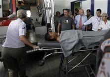 <p>Медицинские работники увозят мальчика, пострадавшего во время стрельбы в школе в Рио-де-Жанейро, 7 апреля 2011 года. Вооруженный мужчина застрелил 12 человек в школе в бразильском Рио-де-Жанейро, после чего покончил с собой, сообщила полиция в четверг. REUTERS/Ricardo Moraes</p>