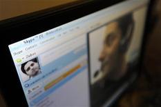 <p>Молодые люди общаются посредством Skype в интернет-кафе в Лондоне 10 августа 2010 года. Кремль в пятницу осудил желание Федеральной службы безопасности запретить в России иностранные почтово-телефонные вэб-сервисы от Google, Microsoft и Skype, и попытался развеять подозрения по поводу стремления государства контролировать рунет. REUTERS/Paul Hackett</p>