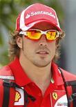 <p>Bicampeão mundial da Fórmula 1, Fernando Alonso, chega ao Grande Prêmio da Malásia em 7 de abril de 2011. Segundo ele, a Ferrari não está no nível adequado para aspirar à vitória no Grande Prêmio. 07/04/2011 REUTERS/Bazuki Muhammad</p>