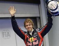 <p>O campeão do mundo Sebastian Vettel comemora a obtenção da pole position do Grande Prêmio da Malásia neste sábado. Vettel superou a McLaren de Lewis Hamilton na última volta no circuito de Sepang. 09/04/2011 REUTERS/Tim Chong</p>