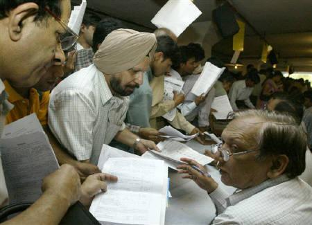 Tax payers line up to submit their income tax returns in New Delhi September 30, 2003. REUTERS/Kamal Kishore/Files