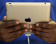 <p>Foto de archivo de un empleado de la firma Apple con un iPad 2 en Londres, mar 25 2011. El iPad de Apple continuará dominando el emergente mercado de los Tablet PC durante años, mientras Google tratará de alcanzarlo, dijo el lunes la firma de investigación Gartner. REUTERS/Luke MacGregor</p>