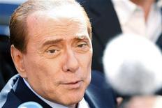<p>O premiê italiano Silvio Berlusconi fala a jornalistas na ilha de Lampedusa, Itália. 09/04/2011 REUTERS/Antonio Parrinello</p>