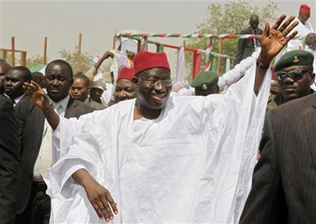 Nigerian President Goodluck Jonathan waves to the crowd on arrival at a campaign rally in Kano, northern Nigeria, March 16, 2011. REUTERS/Joe Penney