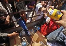 <p>ليبيون يحاولون الحصول على مساعدات غذائية في أجدابيا يوم 27 مارس اذار 2011. تصوير: صهيب سالم - رويترز</p>