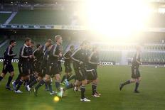 <p>Сборная России на тренировке в Дублине 7 октября 2010 года. Футбольная сборная России потеряла пять строчек в рейтинге ФИФА и теперь занимает 18-е место, свидетельствует обновленная версия рейтинга, опубликованная на сайте www.fifa.com. REUTERS/Cathal McNaughton</p>