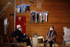"""<p>Японцы в центре эвакуации в городе Ямада, 28 марта 2011 года. Пожилой японец, проживавший в поселке близ аварийной АЭС """"Фукусима-1"""", покончил жизнь самоубийством, и его семья считает, что причиной тому стала перспектива эвакуации, передает агентство Jiji. REUTERS/Damir Sagolj</p>"""