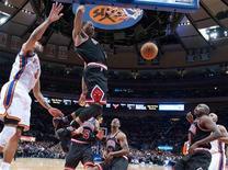 """<p>Игрок """"Чикаго"""" Деррик Роуз кладет мяч в корзину """"Нью-Йорка"""" в Нью-Йорке 12 апреля 2011 года. В ночь на четверг в Национальной баскетбольной ассоциации прошли последние матчи регулярного сезона-2010/2011, и определились соперники на стадии плей-офф. REUTERS/Ray Stubblebine</p>"""