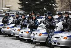 <p>Милиционеры стоят около своих автомобилей во Владикавказе, 25 февраля 2011 года. Российская милиция, часто дающая поводы для обвинений в произволе и нарушении прав граждан, вновь попала под подозрение: следственные органы предположили, что милиционеры помогли убийцам госбанкира Андрея Козлова выследить жертву. REUTERS/Kazbek Basayev</p>