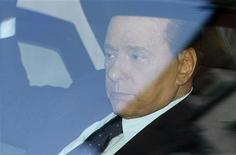 <p>Премьер-министр Италии Сильвио Берлускони около Дворца Правосудия в Милане, 11 апреля 2011 года. Итальянский премьер-министр Сильвио Берлускони может отказаться от попытки переизбраться на новый срок на выборах в 2013 году, в случае чего намерен стать важной закулисной фигурой в партии правоцентристов. REUTERS/Alessandro Garofalo</p>
