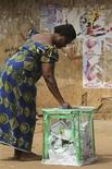 <p>A woman casts her vote in an open field in Isuofia village about 30 km (19 miles) to Awka, the capital of Nigerian eastern state of Anambra, February 6, 2010. REUTERS/Akintunde Akinleye</p>