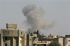 <p>Дым поднимается от того места в Триполи, куда были нанесены ракетные удары НАТО и войск коалиции, 14 апреля 2011 года. Лидеры Великобритании, США и Франции пообещали в пятницу продолжать военную операцию в Ливии до тех пор, пока Муаммар Каддафи не откажется от власти. REUTERS/Zohra Bensemra</p>