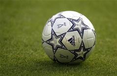 <p>Футбольный мяч на поле Олимпийского стадиона в Афинах 22 мая 2007 года. Матчи сильнейших европейских чемпионатов и кубков пройдут в субботу и воскресенье. REUTERS/Dylan Martinez</p>