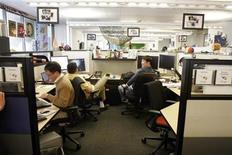 <p>Foto de archivo de las oficinas del a firma Google en Mountain View, EEUU, mar 3 2008. Las acciones de Google Inc perdían un 6 por ciento el viernes, un día después de que el gigante de búsqueda reportó un alza del gasto que irritó a los inversores y provocó un recorte poco común de sus recomendaciones. REUTERS/Erin Siegal</p>