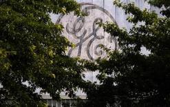 <p>Foto de archivo del logo de la firma General Electric Co. en una planta de la compañía en Medford, EEUU, jul 17 2009. Google Inc y dos socios japoneses pagarán a General Electric Co unos 500 millones de dólares por una participación mayoritaria en una granja de energía eólica en Estados Unidos, dijeron el lunes las partes involucradas. REUTERS/Brian Snyder</p>