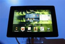 <p>Планшет PlayBook на Международном мобильном конгрессе в Барселоне 16 февраля 2011 года. Канадская Research In Motion начала продажи своего планшета PlayBook в США и Канаде, дав долгожданный ответ на iPad от Apple и пытаясь сократить свое отставание от быстро захватывающего рынок конкурента. REUTERS/Gustau Nacarino</p>