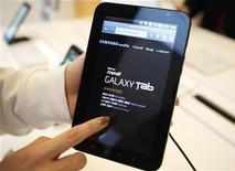 """<p>Linha Galaxy de celulares e tablets da marca Samsung. Por conta dessa linha, a Apple abriu um processo contra a Samsung, alegando que ela copia """"escancaradamente"""" os iPhones e iPads. A briga judicial acontece em um momento em que rivais estão ingressando de forma agressiva nos mercados de celulares inteligentes e tablets, que a empresa norte-americana lançou com o iPhone e iPad. Foto de Arquivo 18/01/2011 REUTERS/Lee Jae-Won/Files</p>"""